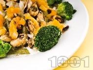 Средиземноморска салата със зелен фасул, варени броколи, лук и миди без черупки